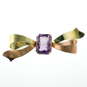 Green and rose gold retro brooch with carved amethyst in center